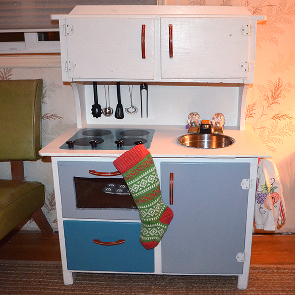 DIY: Upcycled Play Kitchen